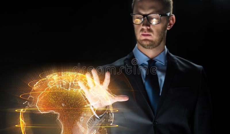 Sluit omhoog van zakenman met aardehologram stock foto