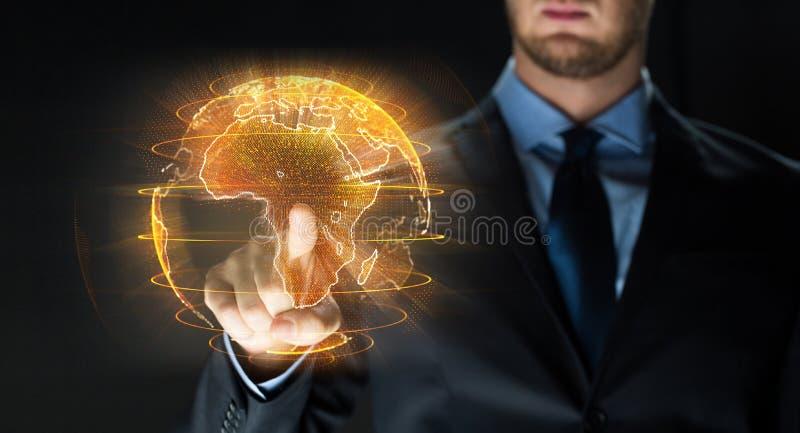 Sluit omhoog van zakenman met aardehologram stock afbeelding