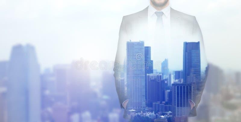 Sluit omhoog van zakenman over stadsachtergrond royalty-vrije stock foto