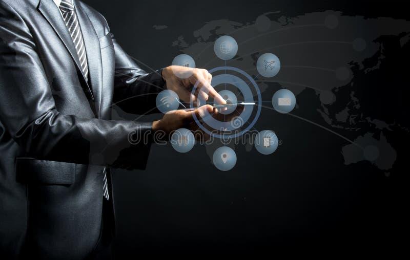 Sluit omhoog van zakenman wat betreft pictogram op laptop van media het scherm, stock foto