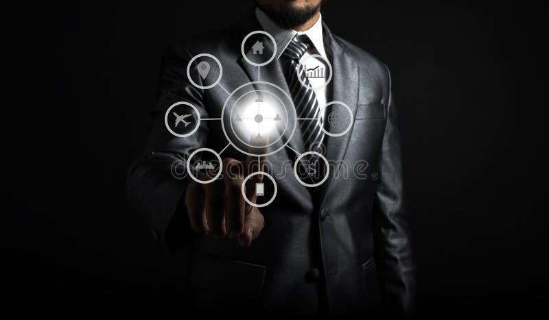 Sluit omhoog van zakenman wat betreft pictogram van media het scherm stock foto's