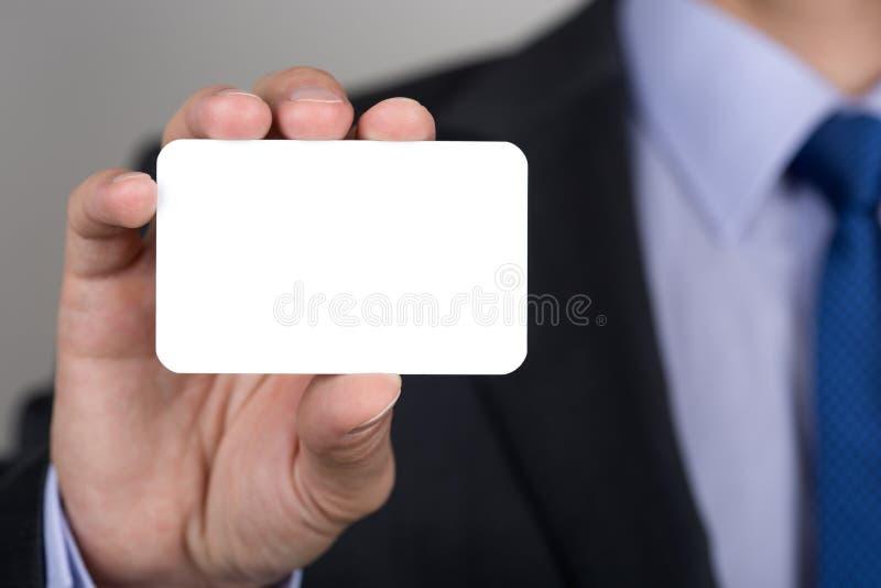 Sluit omhoog van zakenmanhand die adreskaartje tonen stock afbeeldingen