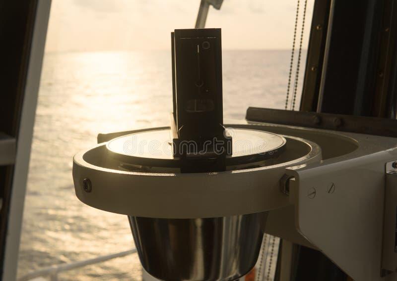 Sluit omhoog van zeevaart marien magnetisch kompas op jacht of boot royalty-vrije stock foto's