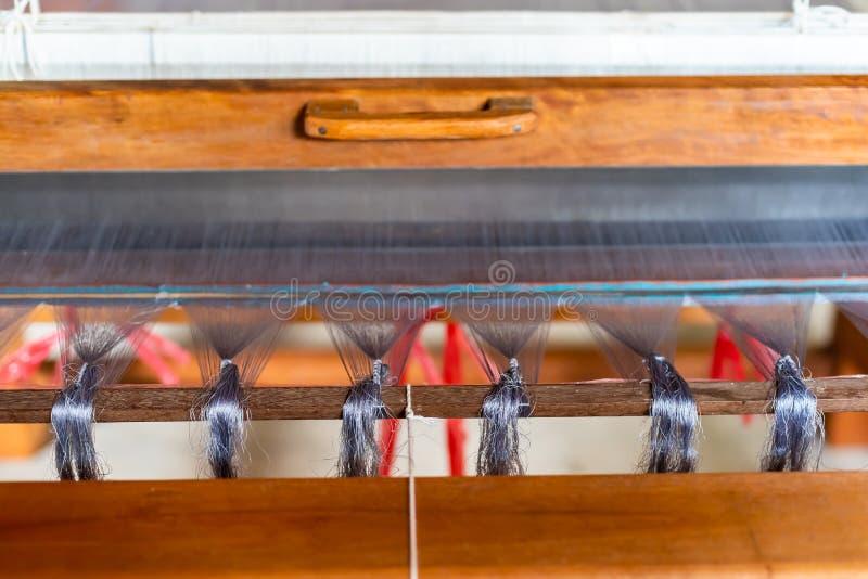 Sluit omhoog van Zijde op de Wevende machine en Thaise traditionele Sil royalty-vrije stock foto's