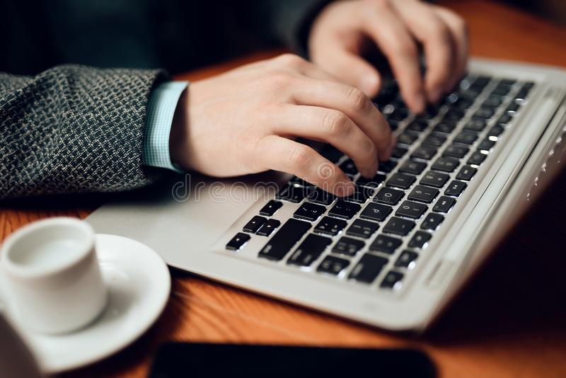 Sluit omhoog Vergadering met Chinese zakenlieden in restaurant De mens gebruikt zijn laptop stock afbeelding