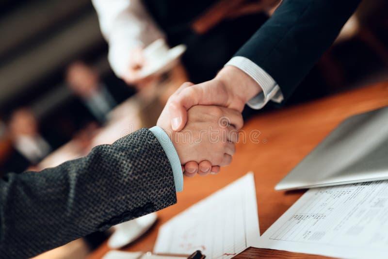 Sluit omhoog Vergadering met Chinese zakenlieden in restaurant De mensen schudden handen royalty-vrije stock foto