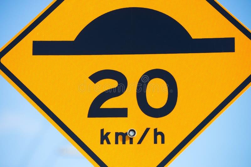 Sluit omhoog Verkeersdrempel en vertraag waarschuwingsbord royalty-vrije stock foto's