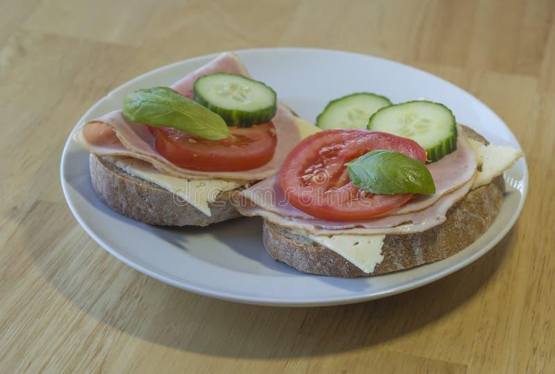 Sluit omhoog vers huis gemaakt de sandwich tot van het roggebrood met slic hamkaas stock fotografie