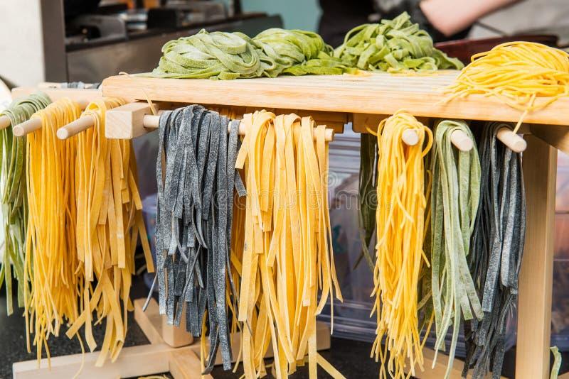 Sluit omhoog Verschillende soorten met de hand gemaakte deegwaren op de showcase van koffie, restaurant, voedselmarkt voor verkoo stock foto