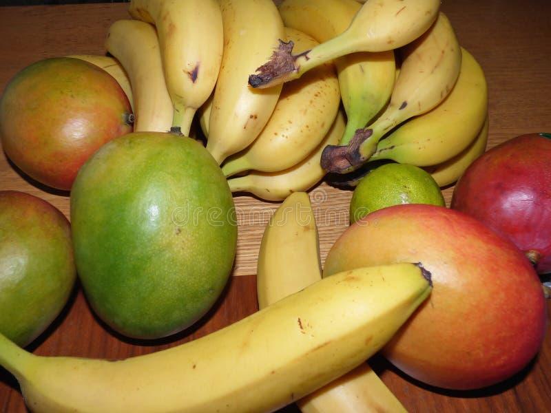 Sluit omhoog Verse vruchten Geassorteerde vruchten kleurrijke achtergrond - Beeld stock afbeeldingen