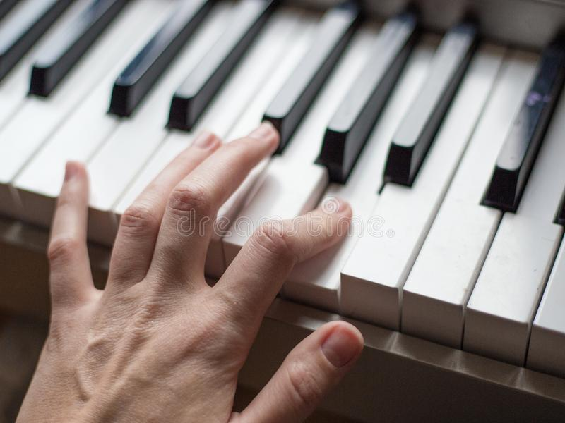 Sluit omhoog vingers van pianist bij de pianosleutels, wapensspelen solo van muziek of nieuwe melodie Handen van het mannelijke m royalty-vrije stock foto