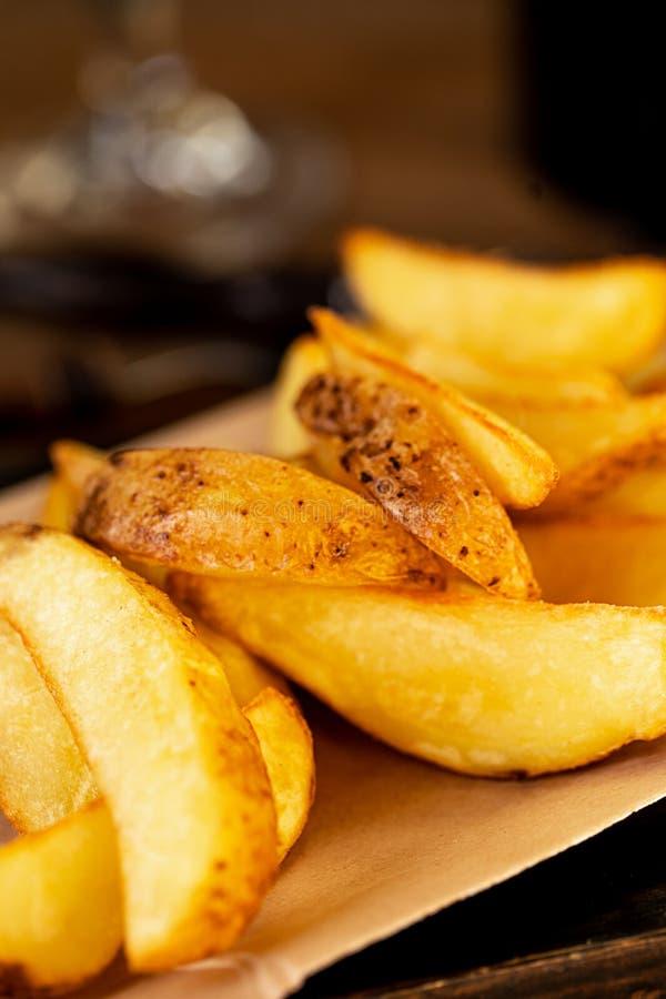 Sluit omhoog voedselbeeld van gebraden aardappels Macro van ongezond voedsel wordt geschoten dat royalty-vrije stock fotografie