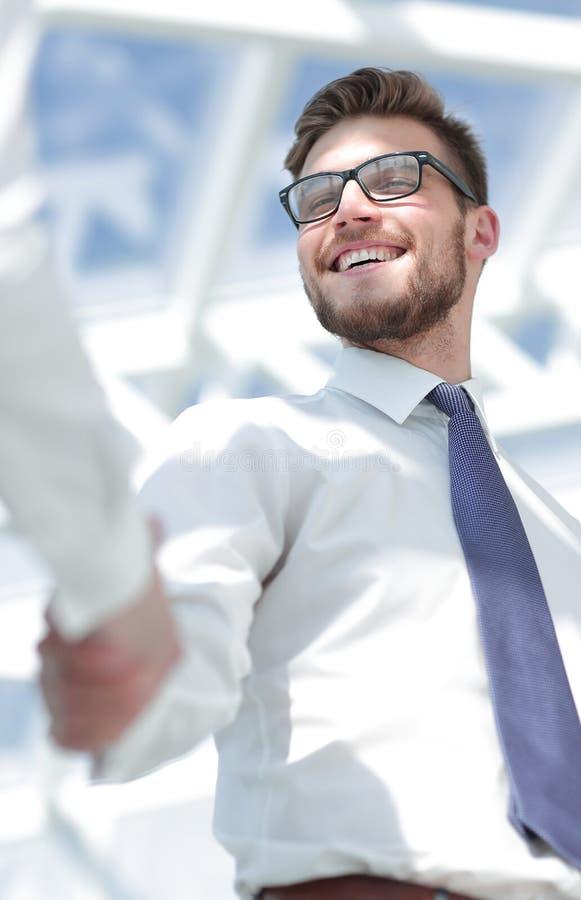 Sluit omhoog vriendschappelijke zakenman het schudden handen met partner royalty-vrije stock foto