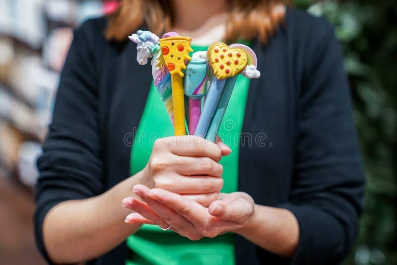 sluit omhoog vrij diverse pen en kleurrijk in de hand van het meisje, kan het grift voor speciale gebeurtenis zijn of interessere stock illustratie