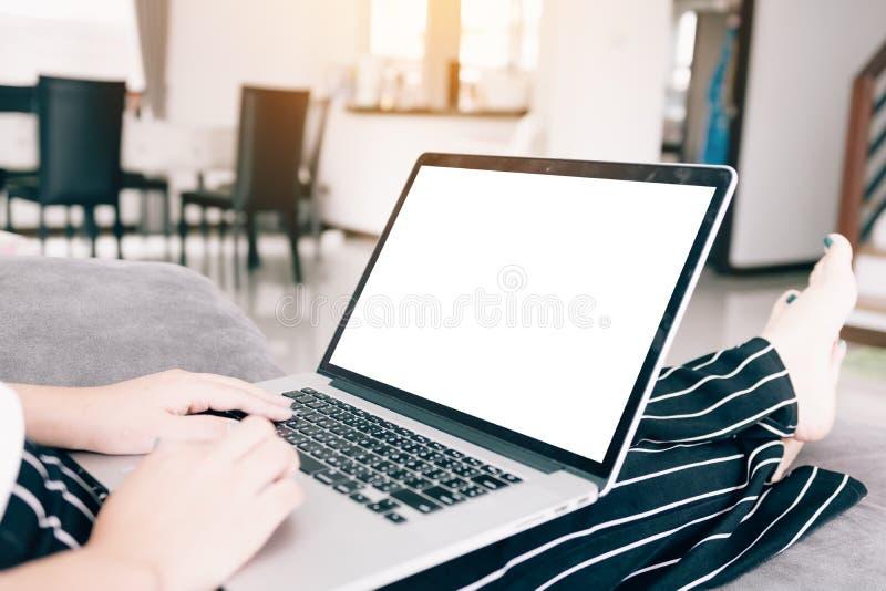 Sluit omhoog vrouw gebruikend laptop computer met het lege scherm royalty-vrije stock foto