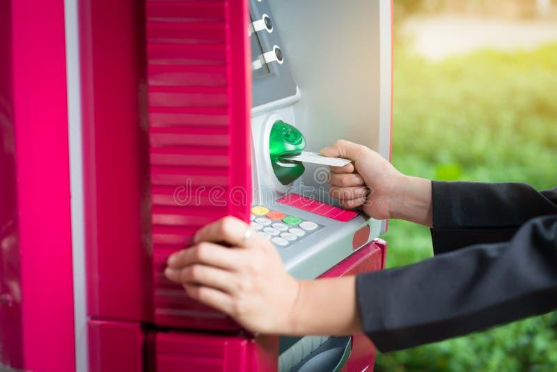 Sluit omhoog vrouwenhand opnemend kaart in ATM Het opnemen van kredietca royalty-vrije stock afbeeldingen