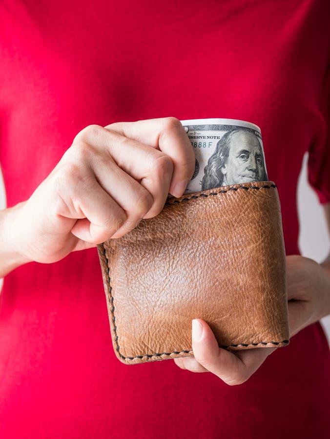 Sluit omhoog vrouwenhanden met portefeuille en Dollargeld royalty-vrije stock foto's
