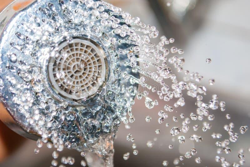 Sluit omhoog water die van gootsteendouche wegvloeien in keuken stock afbeelding