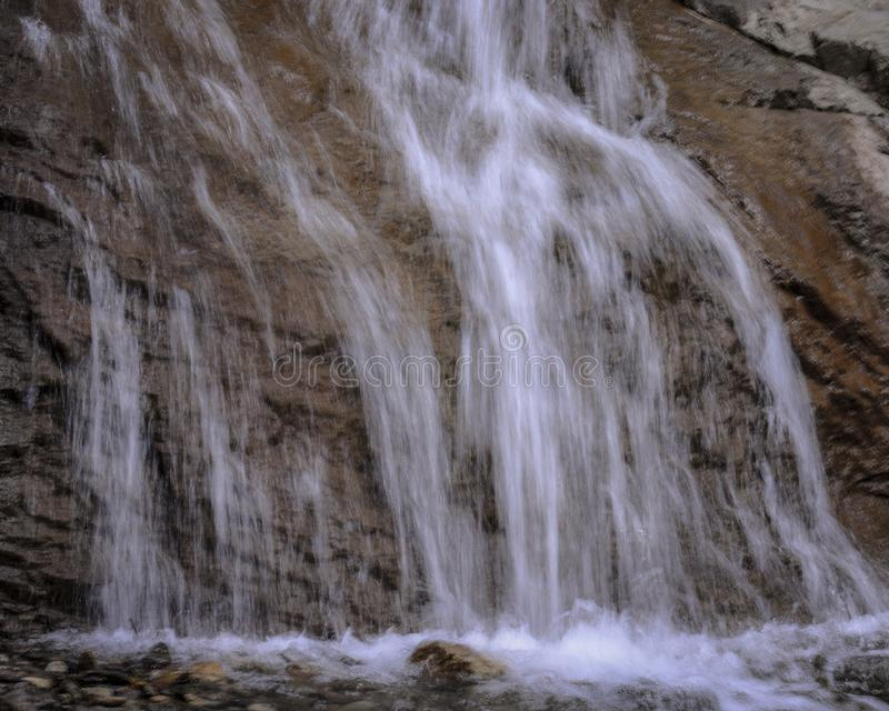 Sluit omhoog Weinig Waterval in Bergen stock foto's