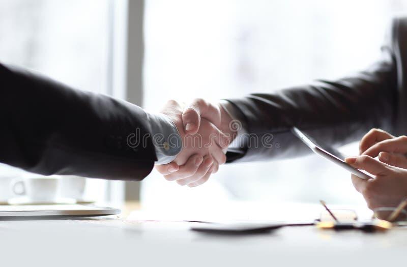 Sluit omhoog welkom handdrukpartners Bedrijfs concept royalty-vrije stock foto