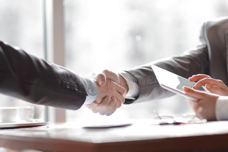 Sluit omhoog welkom handdrukpartners Bedrijfs concept stock afbeelding