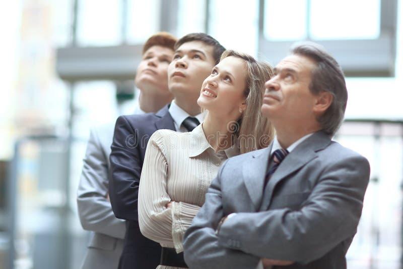 Sluit omhoog werkgever en commercieel team die omhoog exemplaarruimte bekijken royalty-vrije stock foto