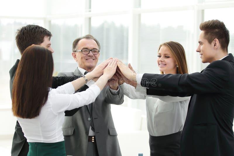 Sluit omhoog werkgever en het commerciële team toetreden overhandigt togethe royalty-vrije stock afbeeldingen