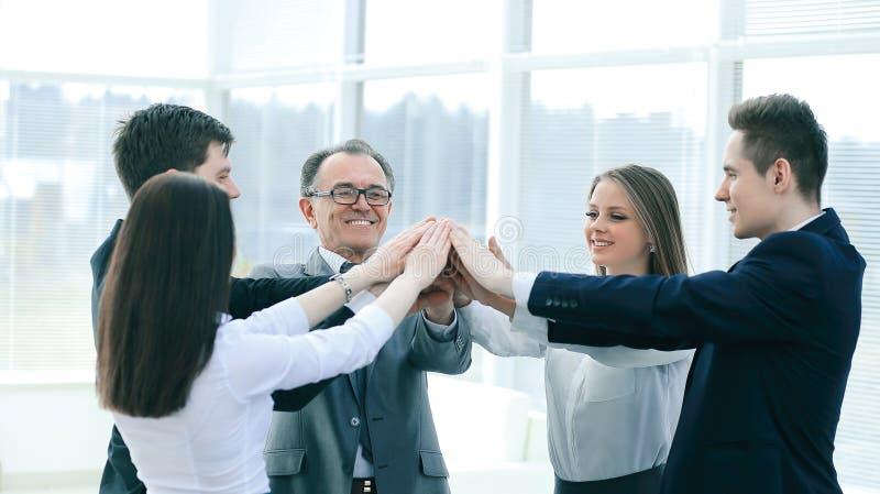 Sluit omhoog werkgever en het commerci?le team toetreden overhandigt togethe stock afbeelding