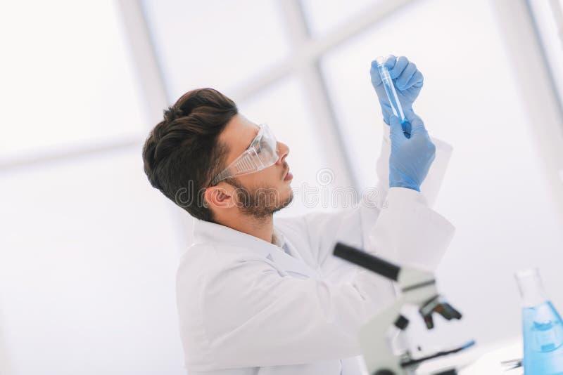 Sluit omhoog wetenschapper met een medische buis die zich in het laboratorium bevinden royalty-vrije stock fotografie