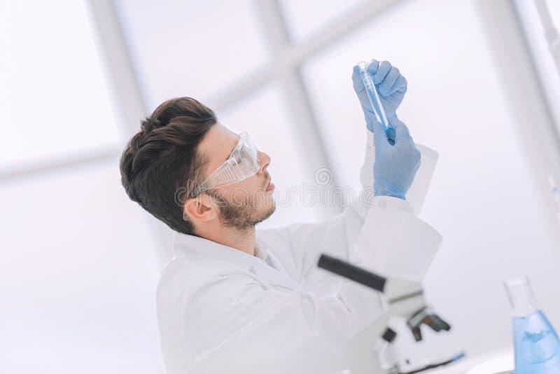 Sluit omhoog wetenschapper met een medische buis die zich in het laboratorium bevinden stock foto