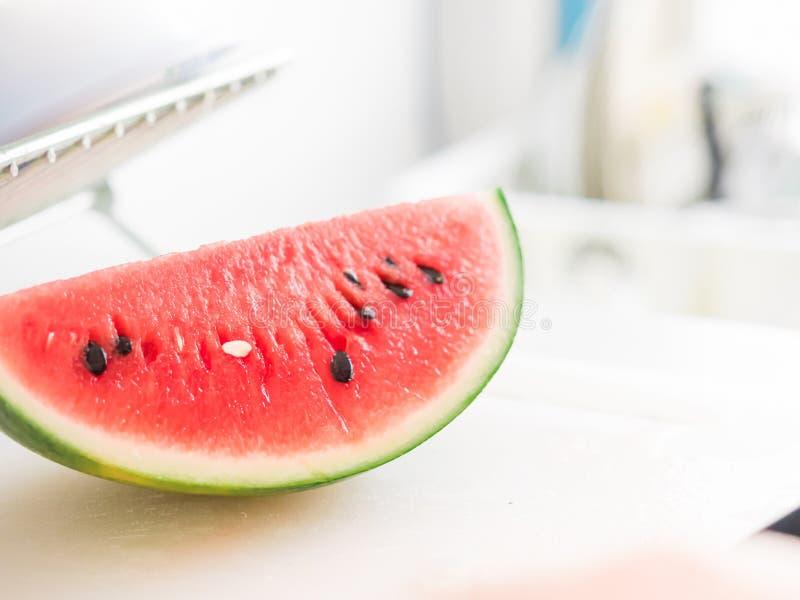 Sluit omhoog wit zaad van watermeloen en zet op witte keukenlijst stock fotografie