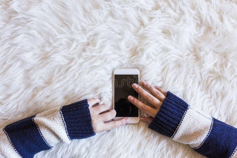 Sluit omhoog witte mening van een vrouw hans die op haar mobiele telefoon typen, stock foto