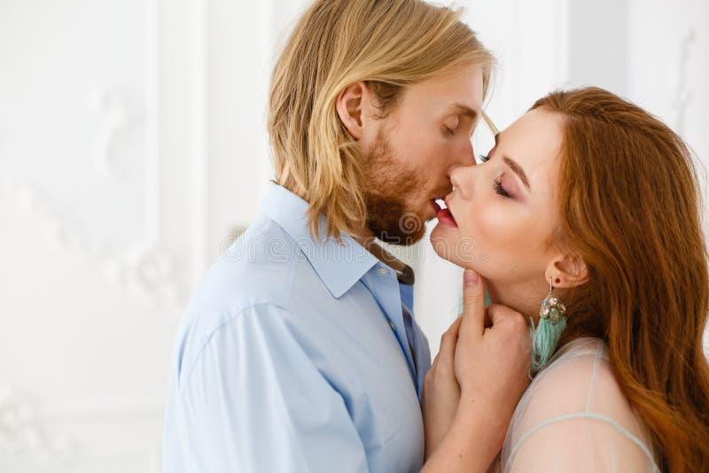 Sluit omhoog zachte kus en omhelzingen Verzacht omhelzingen en wat betreft van de jonge mens en vrouw stock afbeelding