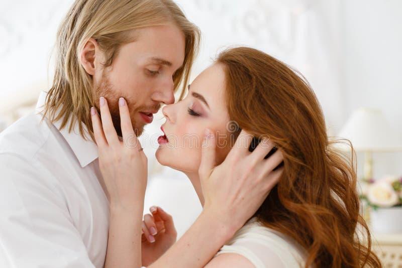 Sluit omhoog zachte kus en omhelzingen Verzacht omhelzingen en wat betreft van de jonge mens en vrouw stock afbeeldingen