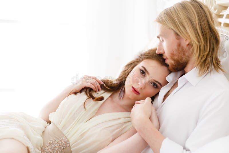 Sluit omhoog zachte kus en omhelzingen Verzacht omhelzingen en wat betreft van de jonge mens en vrouw royalty-vrije stock afbeelding