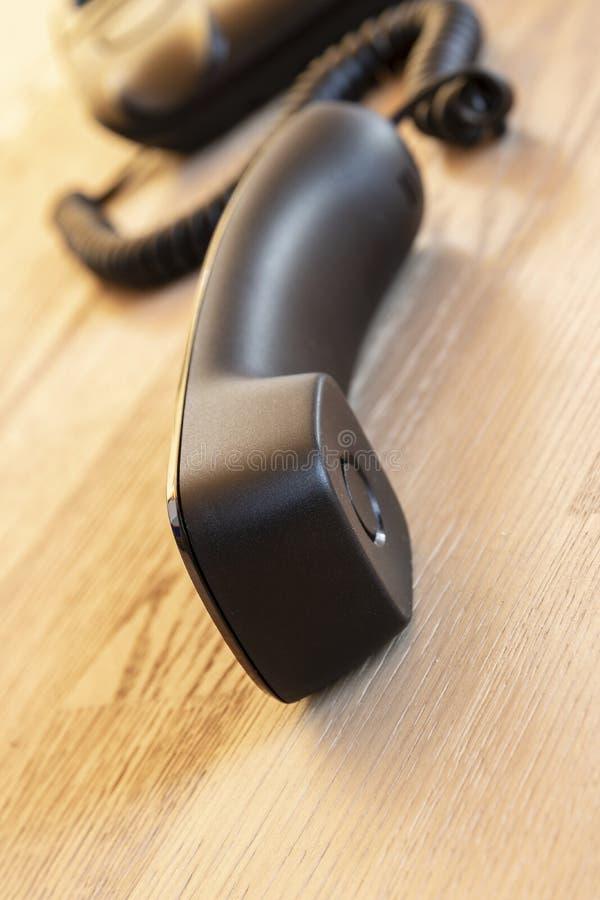 Sluit omhoog zachte nadruk op telefoonapparaten bij bureau stock afbeeldingen