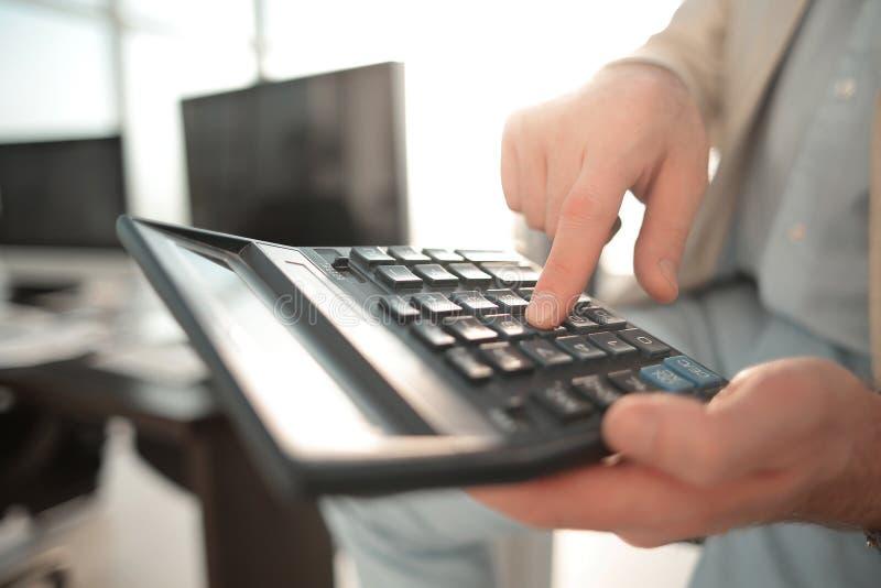 Sluit omhoog Zakenman die calculator gebruikt royalty-vrije stock afbeelding