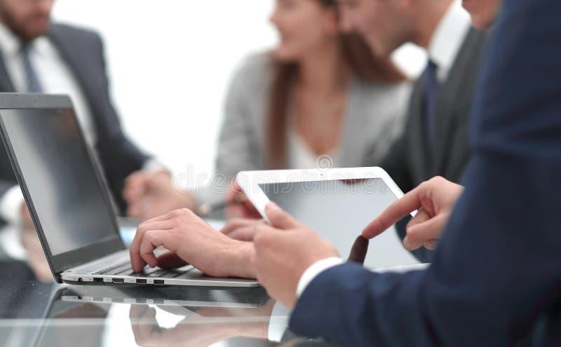 Sluit omhoog Zakenman die digitale tablet gebruikt stock afbeelding