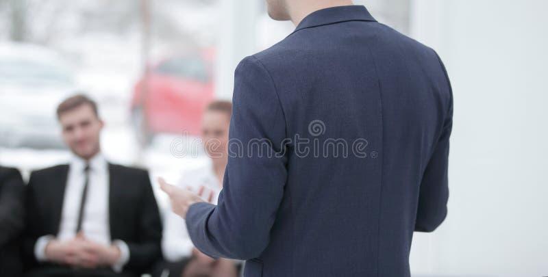 Sluit omhoog zakenman die een presentatie maken bij het seminarie royalty-vrije stock foto