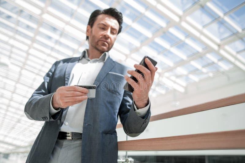 Sluit omhoog Zakenman die het aantal op smartphone draaien stock afbeeldingen