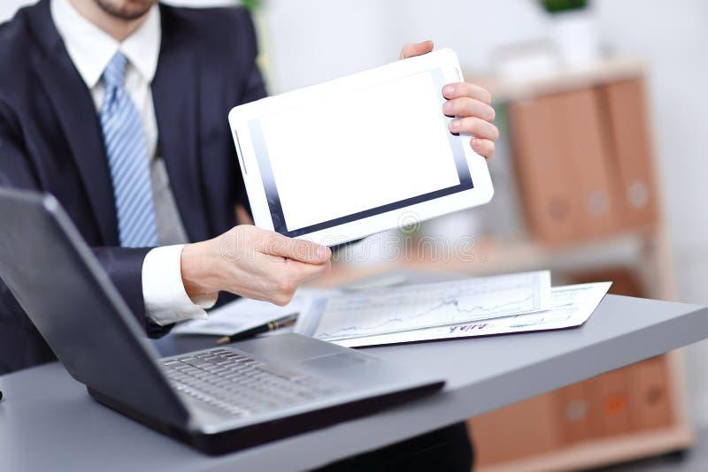 Sluit omhoog Zakenman die tablet met het lege scherm tonen stock foto