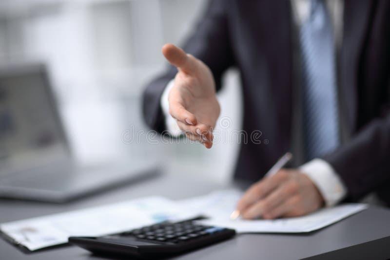 Sluit omhoog zakenman die zijn hand uitbreiden tot partner royalty-vrije stock afbeeldingen