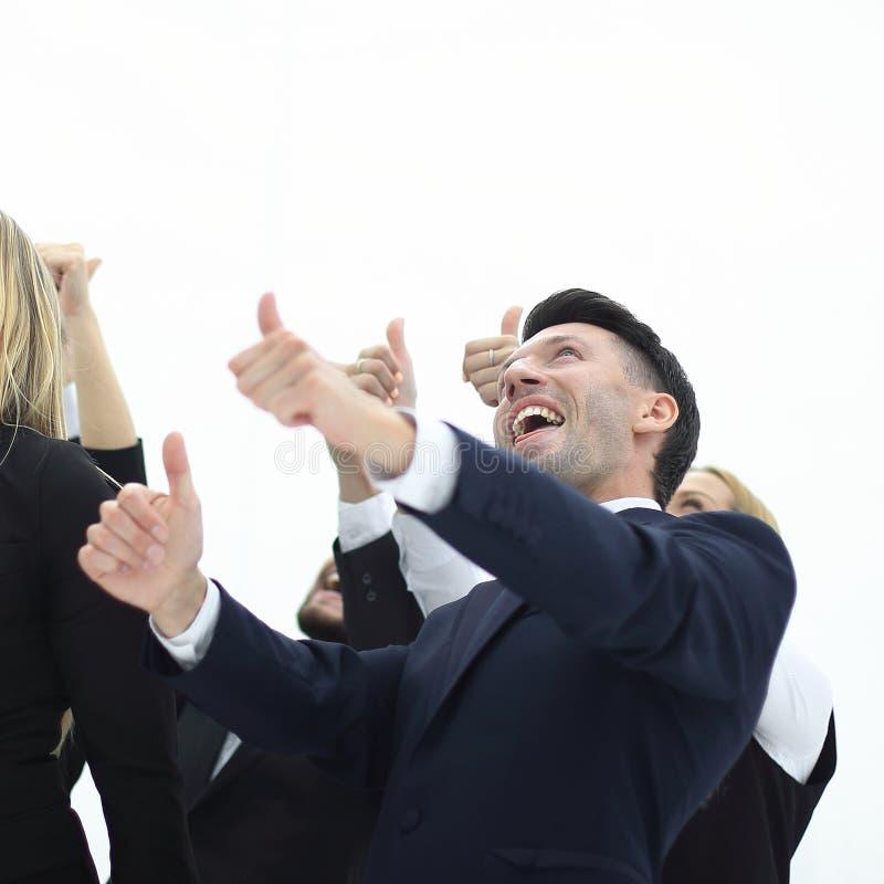 Sluit omhoog zakenman en het commerciële team tonen beduimelt omhoog stock afbeeldingen