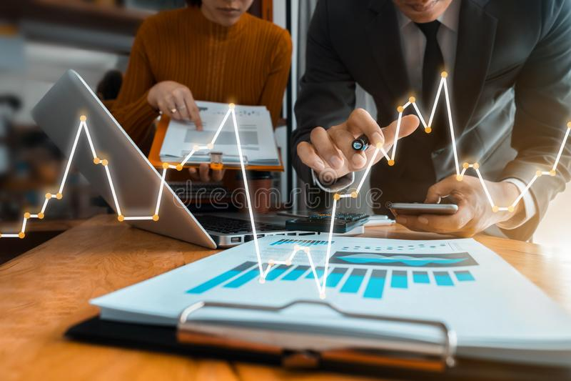 Sluit omhoog Zakenman en partner gebruikend calculator en laptop voor berekeningsfinanciën stock afbeelding