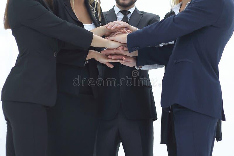 Sluit omhoog Zakenman en vrienden met een stapel handen die eenheid en groepswerk tonen royalty-vrije stock afbeelding