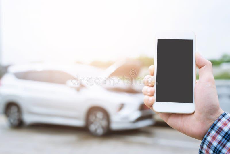 Sluit omhoog zakenmanhand gebruikend een mobiele smartphonevraag een autowerktuigkundige om hulphulp omdat gebroken auto vraagt d royalty-vrije stock foto