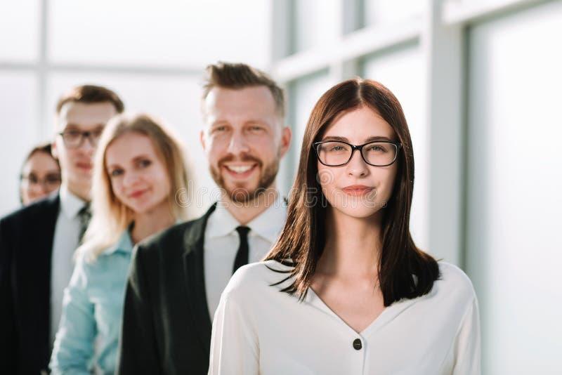 Sluit omhoog Zekere bedrijfsvrouw die zich voor zijn commercieel team bevinden royalty-vrije stock afbeelding