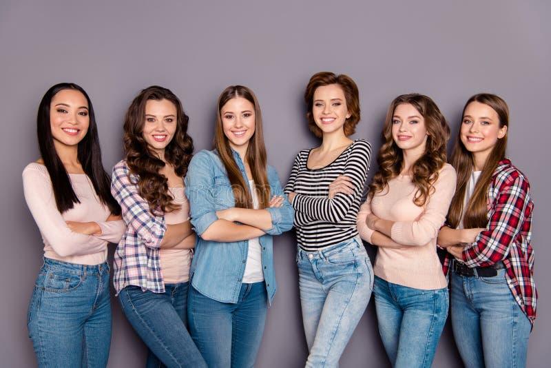 Sluit omhoog zij mooie profielfoto zij haar zes ijverig studentenvoorbeeld van dames magere kamergenoten om het dragen te volgen royalty-vrije stock fotografie