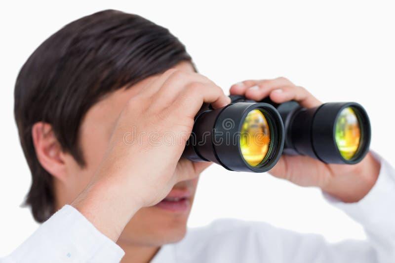 Sluit omhoog zijaanzicht van kleinhandelaar met kijker royalty-vrije stock foto's