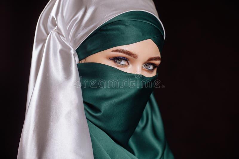 Sluit omhoog zijaanzichtportret die van prettige Arabische vrouw haar hoofd behandelen met sjaal royalty-vrije stock foto's